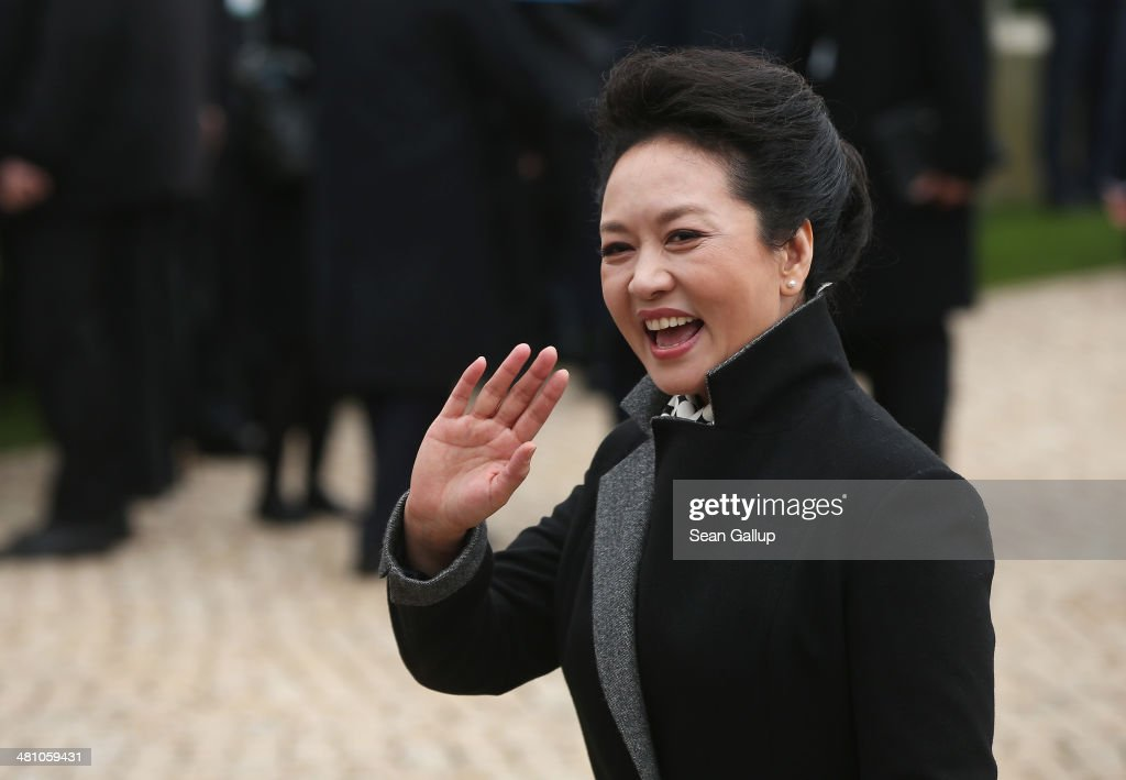 Chinese First Lady <a gi-track='captionPersonalityLinkClicked' href=/galleries/search?phrase=Peng+Liyuan&family=editorial&specificpeople=4379390 ng-click='$event.stopPropagation()'>Peng Liyuan</a> waves to students at Schloss Bellevue on March 28, 2014 in Berlin, Germany. Chinese President Xi Jinping and First Lady <a gi-track='captionPersonalityLinkClicked' href=/galleries/search?phrase=Peng+Liyuan&family=editorial&specificpeople=4379390 ng-click='$event.stopPropagation()'>Peng Liyuan</a> are on a two-day official visit to Germany.