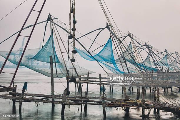 Filets de pêche chinois au lever du soleil à Cochin, Inde