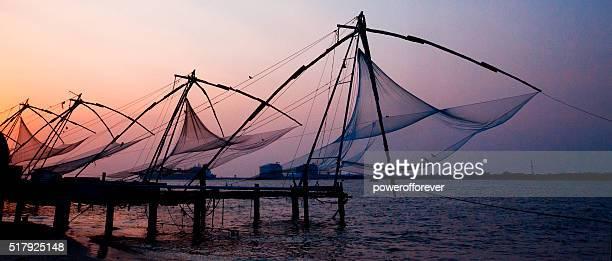Filets de pêche chinois au coucher du soleil à Cochin, Inde
