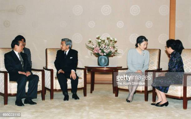 Chinese Foreign Minister Qian Qichen and his wife Zhou Hanqiong talk with Emperor Akihito and Empress Michiko during their meeting at the Imperial...