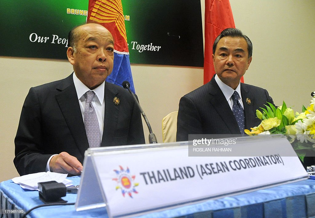 Chinese Foreign Minister Wang Yi (R) and Thailand's foreign Minister Surapong Tovichakchaikul (L) attend a joint press conference after a Ministerial Meeting in Brunei's capital Bandar Seri Begawan on June 30, 2013. Southeast Asia's top diplomats kicked off a major regional forum on June 30 with a firm focus on trying to ease tensions with China over a territorial row, amid warnings that failure could lead to conflict. AFP PHOTO / ROSLAN RAHMAN
