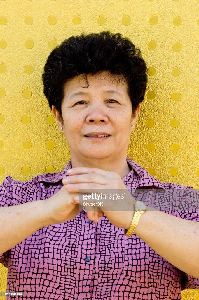 Chinese girl with cheongsam respecting : Stockfoto