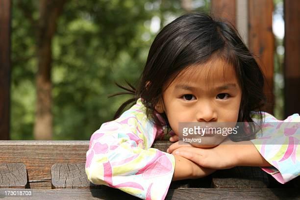 中国の女の子、手を顔にやる