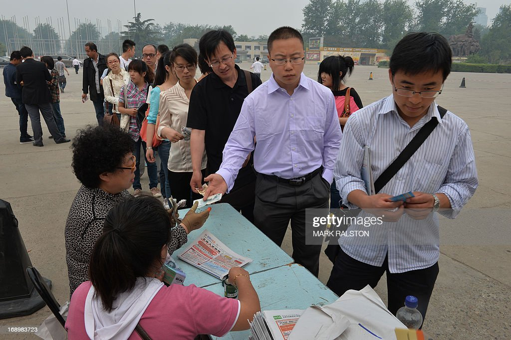 Chinese jobseekers arrive to attend a jobs fair in Beijing on May 18, 2013. Chinese state media has reported that the China will need to find employment for a record number (seven million) of college graduates this year as the country's economy continues to slow. AFP PHOTO / Mark RALSTON