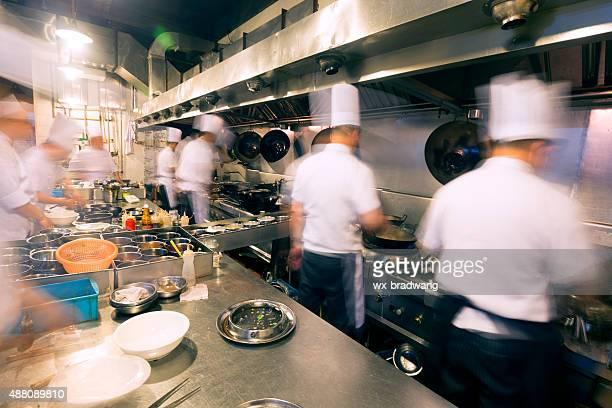 Chinês cozinha ocupado no trabalho