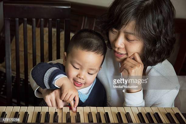 Chinois mère enseigner son frère ou sœur Comment jouer du piano