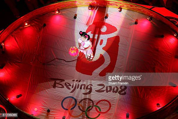 A chinese performer take part to mark the handing over of the Games to Beijing in 2008 during the closing ceremonies of the Athens 2004 Summer...