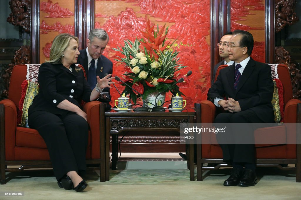 Chinese Premier Wen Jiabao (R) listens to US Secretary of State Hillary Clinton (L) during their meeting at the Ziguangge Pavilion in the Zhongnanhai leaders' compound in Beijing on September 5, 2012. Clinton arrived late the night before and will fly to East Timor later in the day after meeting Chinese leaders. AFP PHOTO / POOL / Feng Li