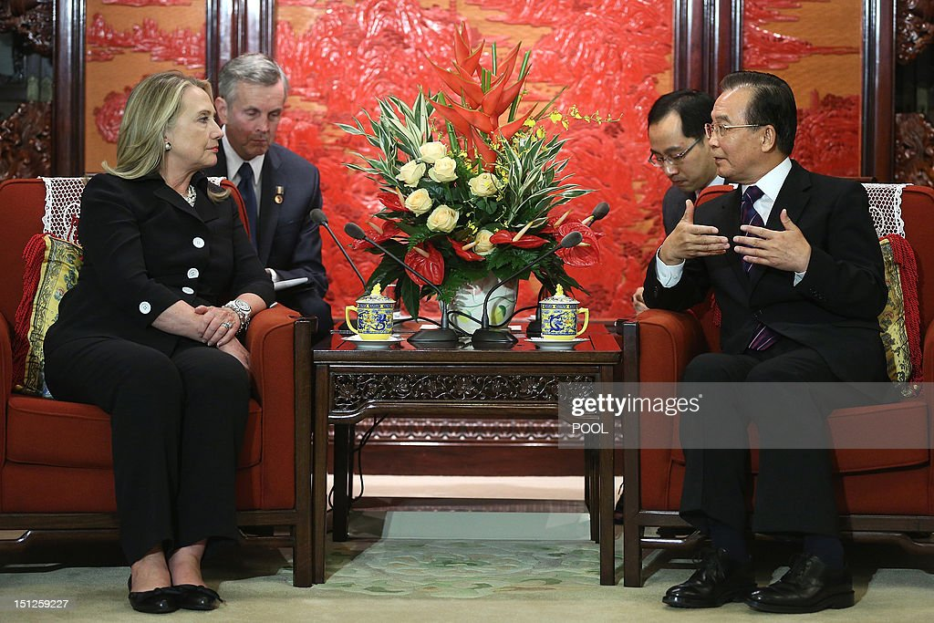 Chinese Premier Wen Jiabao (R) speaks to US Secretary of State Hillary Clinton (L) during their meeting at the Ziguangge Pavilion in the Zhongnanhai leaders' compound in Beijing on September 5, 2012. Clinton arrived late the night before and will fly to East Timor later in the day after meeting Chinese leaders. AFP PHOTO / POOL / Feng Li