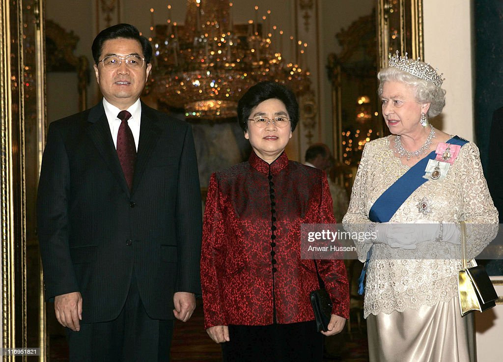 Chinese President <a gi-track='captionPersonalityLinkClicked' href=/galleries/search?phrase=Hu+Jintao&family=editorial&specificpeople=203109 ng-click='$event.stopPropagation()'>Hu Jintao</a> and his wife Liu Yongqing with HM The Queen <a gi-track='captionPersonalityLinkClicked' href=/galleries/search?phrase=Elizabeth+II&family=editorial&specificpeople=67226 ng-click='$event.stopPropagation()'>Elizabeth II</a> at a banquet on the evening of the first day of a 3 day State Visit to London, at Buckingham Palace