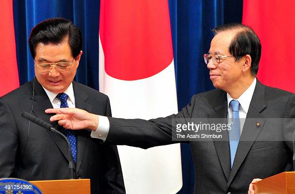 Chinese President Hu Jintao and Japanese Prime Minister Yasuo Fukuda attend a joint press conference after their meeting at Fukuda's official...