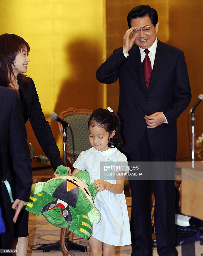 Chinese President Hu Jintao (R) bids goodbye to members of the family of late Japanese premier Masayoshi Ohira after their meeting at a Tokyo hotel on May 6, 2008. Hu started the first visit by a Chinese leader to Japan in 10 years as the Asian powers ease decades of tension, but hundreds took to the streets to protest over Tibet.