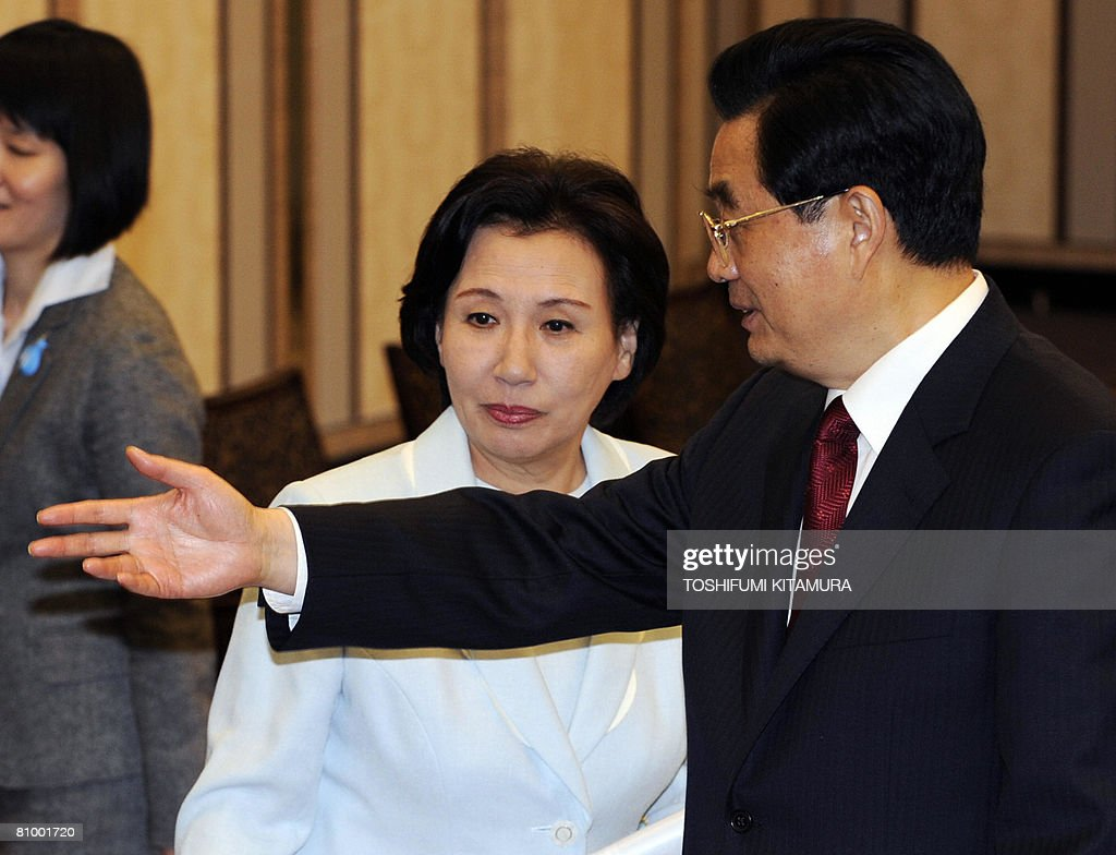 Chinese President Hu Jintao (R) gestures next to Makiko Tanaka former Japanese foreign minister and daughter of late premier Kakuei Tanaka during a meeting at a Tokyo hotel on May 6, 2008. Hu started the first visit by a Chinese leader to Japan in 10 years as the Asian powers ease decades of tension, but hundreds took to the streets to protest over Tibet.