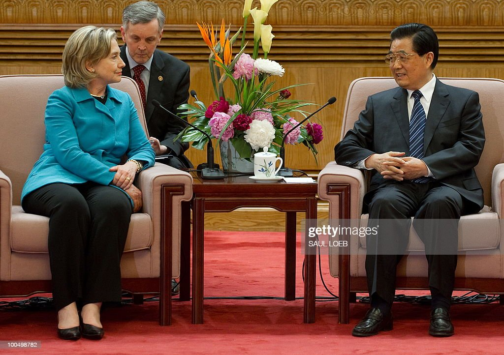 Chinese President Hu Jintao (R) speaks w