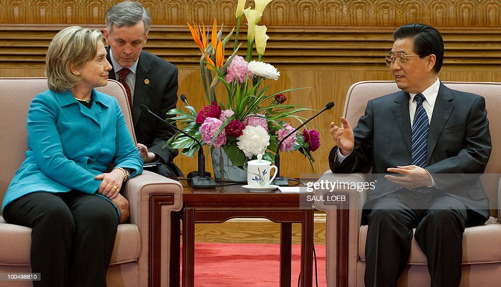 Chinese President Hu Jintao (R) speaks with US Secretary of State Hillary Clinton (L) during meetings at the Great Hall of the People in Beijing, May 25, 2010. Clinton said two days of high-level Sino-US talks had been 'very productive' but admitted differences remained, especially on economic and trade issues. AFP PHOTO / POOL / Saul LOEB
