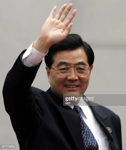 Chinese President Hu Jintao waves as he arrives at the La Moneda Palace in Santiago Chile 21 November 2004 Hu and the leaders of the 21 member...