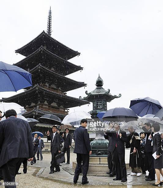 Chinese President Hu Jintao waves as he visits the Horyuji temple in Ikaruga Nara Prefecture on May 10 2008 Hu is to visit tourist sites here...