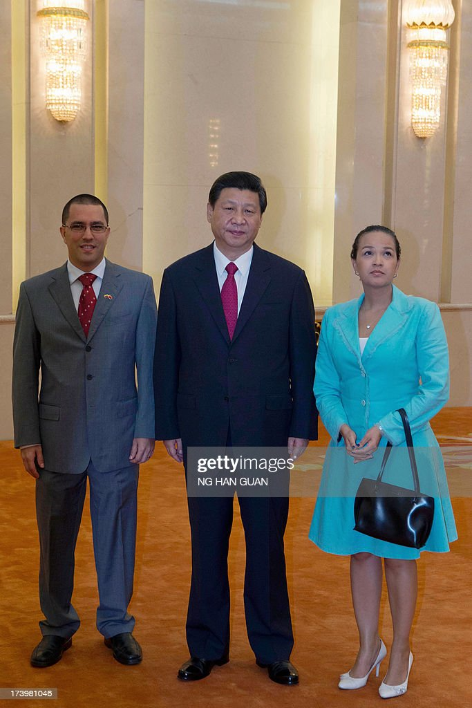 Chinese President Xi Jinping (C) poses for photos with Hugo Chavez's daughter Rosa Virginia Chavez and wife to Venezuela's Vice President Jorge Arreaza (L) at the Great Hall of the People in Beijing on July 19, 2013. AFP PHOTO / POOL / Ng Han Guan