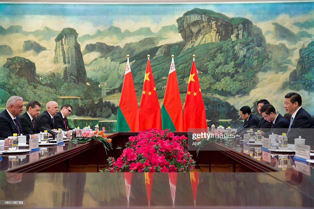 Chinese President Xi Jinping (R) speaks with Belarus' Prime Minister Mikhail Myasnikovich (L) during their meeting at the Great Hall of the People in Beijing on January 21, 2014. AFP PHOTO / Alexander F. Yuan / POOL
