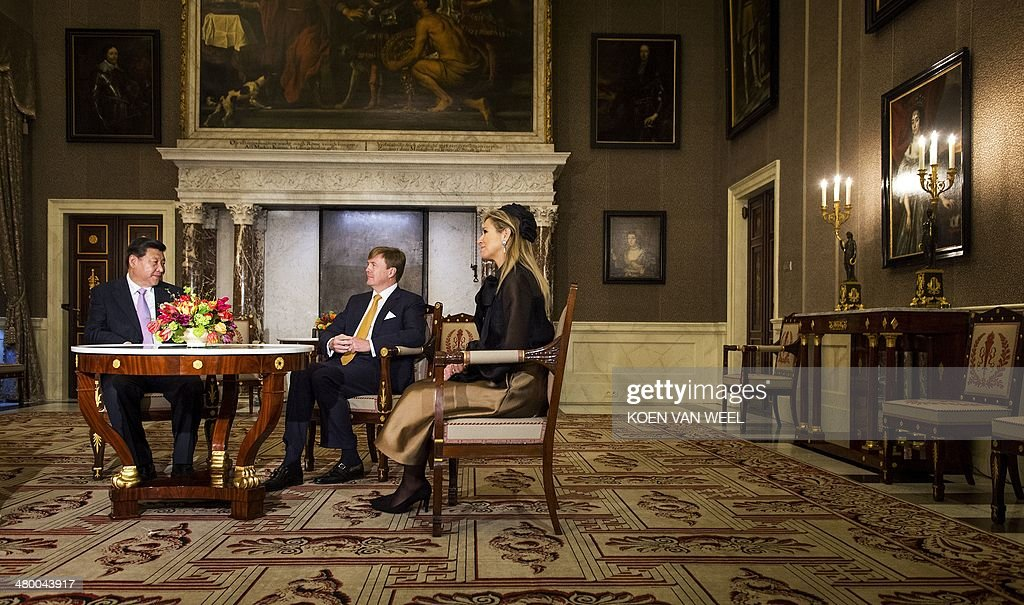 Chinese President Xi Jinping speaks with Dutch king WillemAlexander and queen Maxima at the Royal Palace in Amsterdam on March 22 2014 Xi Jinping is...