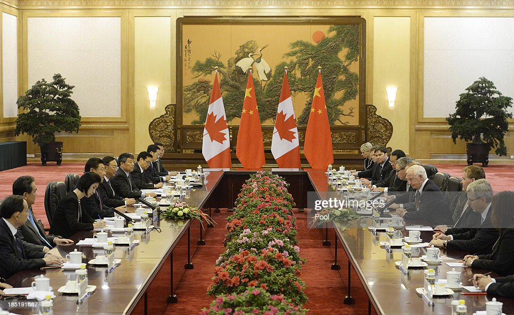 Chinese President Xi Jinping speaks with Governor General David Johnston (3R) of Canada at the Great Hall of the People on October 18, 2013 in Beijing, China.