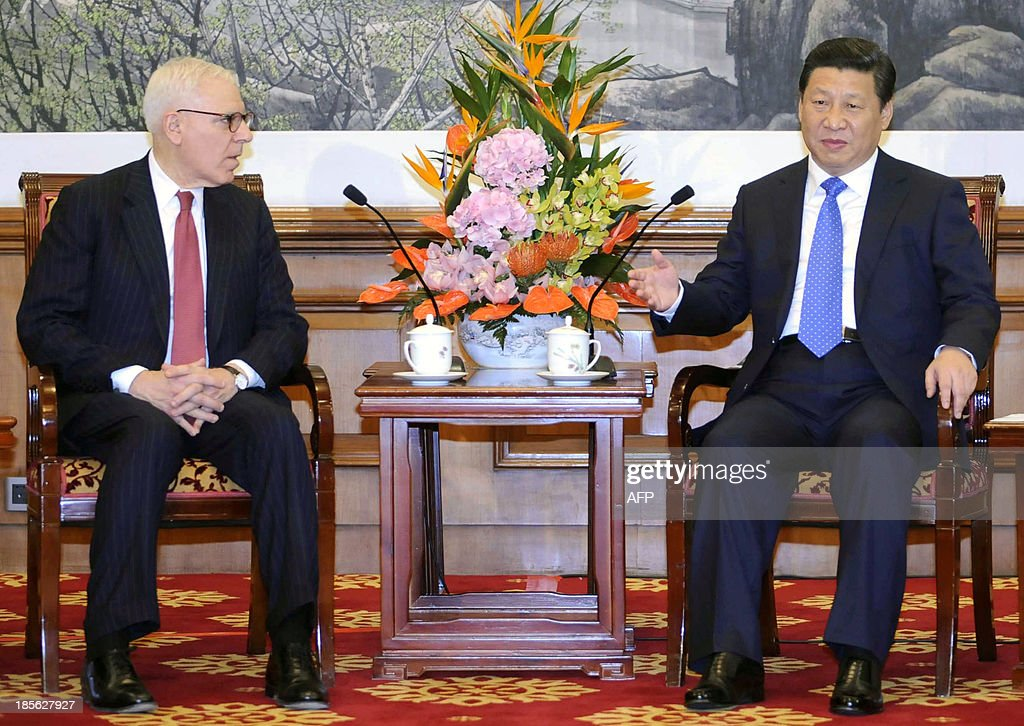 Chinese President Xi Jinping (R) talks with US financier and philanthropist David Rubenstein, chair of the Tsinghua School of Economics and Management advisory board, as he meets with the school's advisory board entrepreneurs, at the Diaoyutai State Guesthouse in Beijing October 23, 2013. AFP PHOTO / Peng Sun / Pool