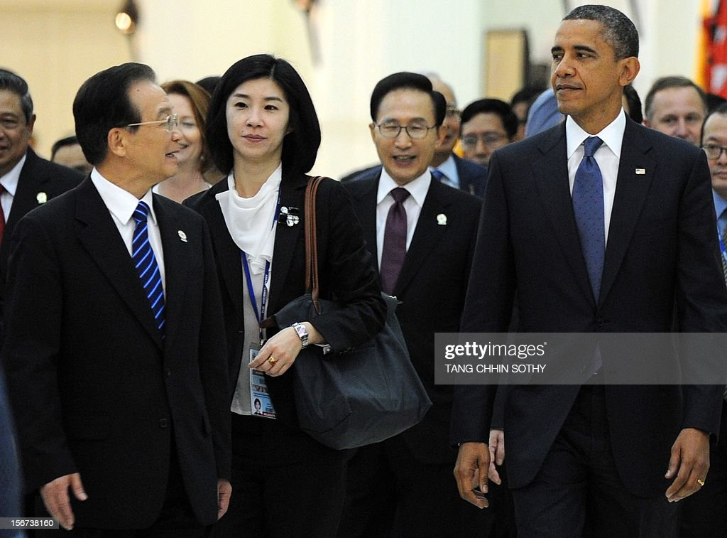 Chinese Prime Minister Wen Jiabao (L) talks to US President Barack Obama (R) at the Peace Palace in Phnom Penh on November 20, 2012. Obama was on November 20 set to defy Beijing's protests and use the summit to raise concerns over South China Sea rows that have sent diplomatic and trade shockwaves across the region. AFP PHOTO / TANG CHHIN SOTHY
