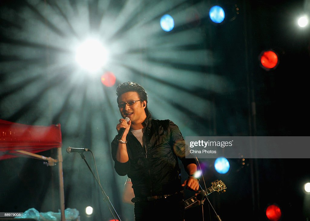 Chinese singer Wang Feng performs during the Youth In China Qujiang International Music Festival 2009 at the Tang Paradise in Qujiang New District on...