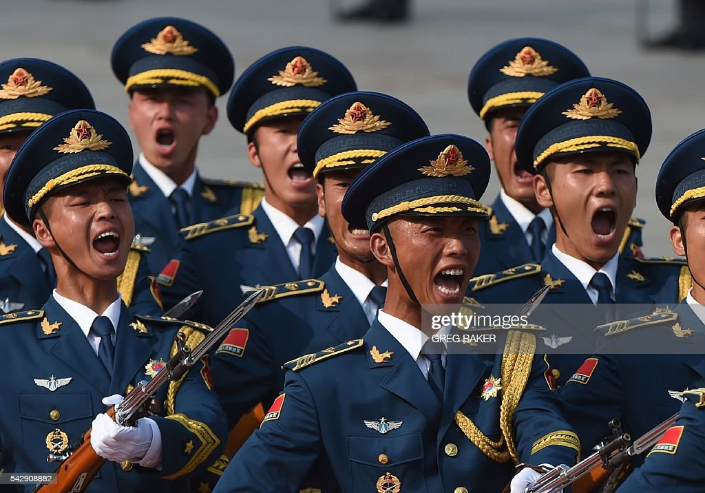 Chinese soldiers parade during a welcoming ceremony for Russian President Vladimir Putin in Beijing on June 25, 2016. Putin is on a state visit to China. / AFP / GREG
