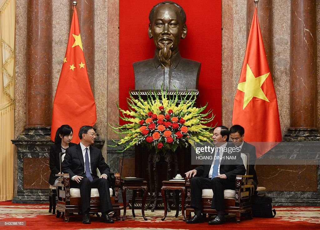 Chinese State Councillor Yang Jiechi (2nd L) attends a meeting with Vietnamese President Tran Dai Quang (2nd R) at the presidential palace in Hanoi on June 27, 2016. Yang is in Vietnam to attend the 9th joint-meeting on bilateral cooperation between Vietnam and China. / AFP / HOANG