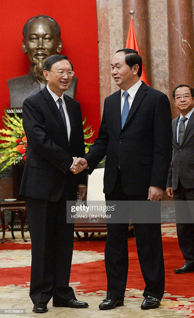 Chinese State Councillor Yang Jiechi (L) shakes hands with Vietnamese President Tran Dai Quang during a meeting at the presidential palace in Hanoi on June 27, 2016. Yang is in Vietnam to attend the 9th joint-meeting on bilateral cooperation between Vietnam and China. / AFP / HOANG