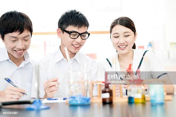 Chinesische Studenten in Chemielabor, Asien, Hong Kong