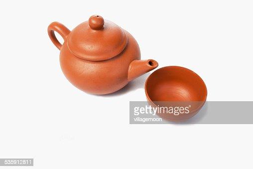 Chá no Bule de Chá chinês em um fundo branco : Foto de stock