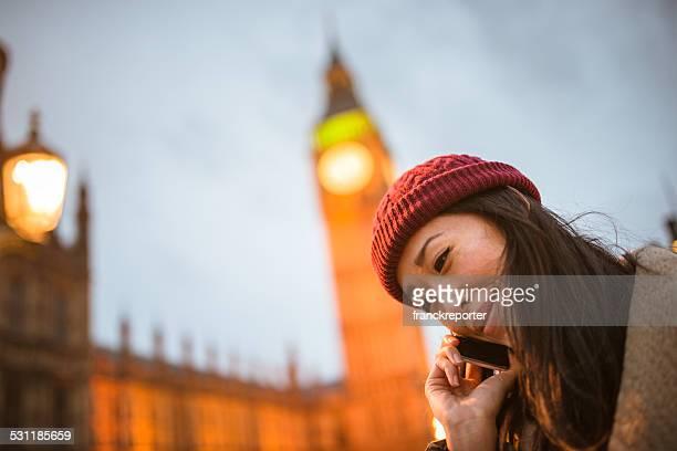 Chinesische Touristen Frau am Telefon in london