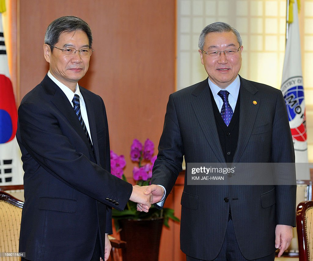 Chinese Vice Foreign Minister Zhang Zhijun (L) shakes hands with South Korea's Foreign Minister Kim Sung-Hwan (R) during their meeting at Kim's office in Seoul on January 10, 2013. South Korea's president-elect Park Geun-Hye was to meet with the special Chinese envoy on January 10 as Seoul has been struggling to convince Beijing to get tough on North Korea over its long-range rocket launch last month. AFP PHOTO / POOL / KIM JAE-HWAN