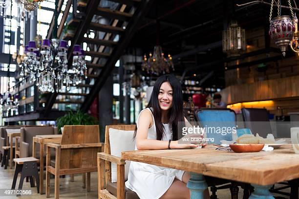 Femme dans un restaurant chinois