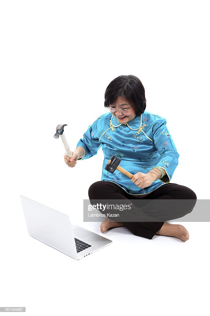 Chino mujer listo para destruir computadora portátil : Foto de stock