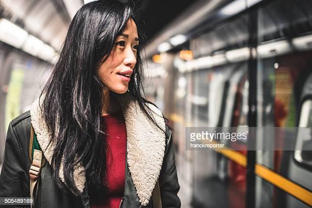 Chinesische Frau warten auf die U-Bahn