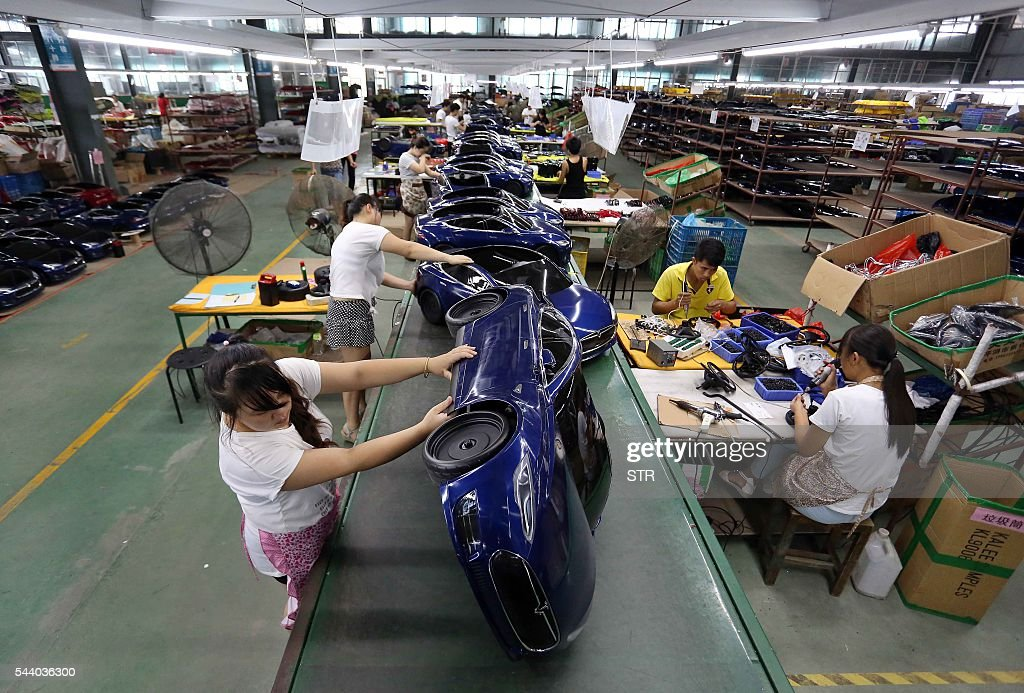 Chinese workers assemble toy cars at a toy factory in Jinjiang, southeast China's Fujian province on July 1, 2016. Activity in Chinese factories suffered its sharpest deterioration for four months in June, figures showed on July 1, as weak demand and industrial overcapacity weighed on the world's second-largest economy. / AFP / STR / China OUT
