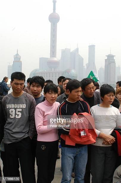 Chinesen Einheimische Touristen im Hintergrund Skyline 'Oriental Pearl Tower' Shanghai China Asien Reise PH