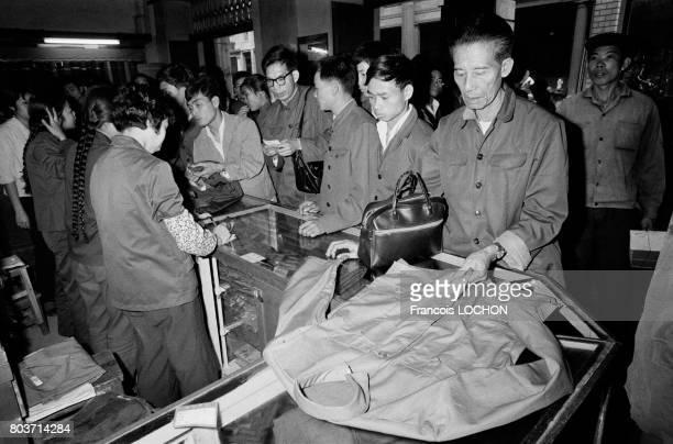 Chinois dans un magasin de vêtements à Canton en décembre 1977 en Chine