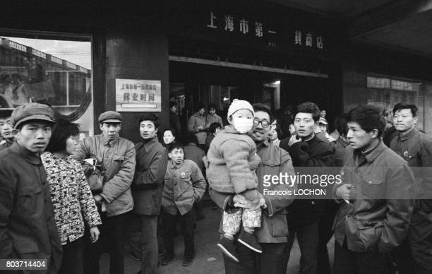 Chinois à la sortie du grand magasin de Shanghai en 1978 en Chine