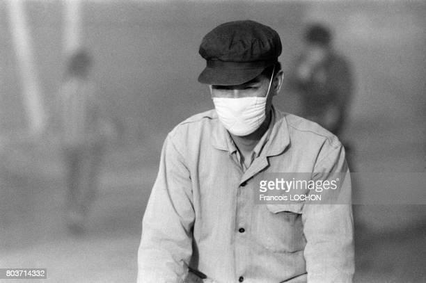 Chinois portant un masque antipollution à Canton en décembre 1977 en Chine