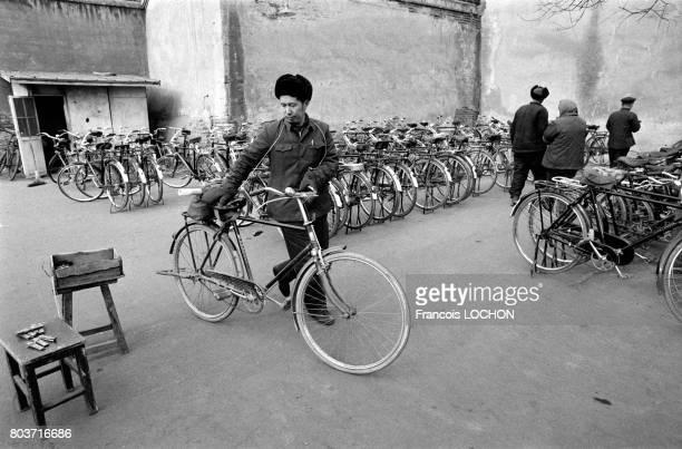Chinois près d'un parc de vélos dans un vieux quartier de Pékin en décembre 1977 en Chine