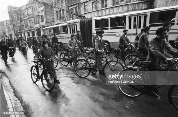 Chinois à vélo dans une rue de Canton en février 1979 en Chine