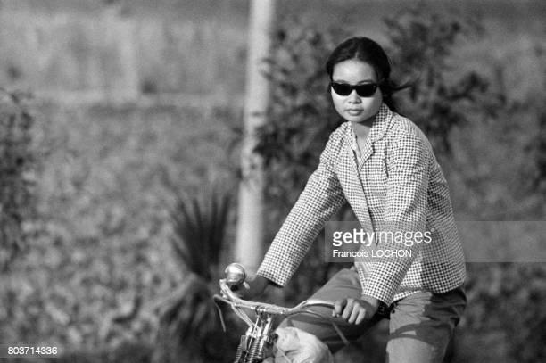 Chinoise à vélo dans les environs de Canton en décembre 1977 en Chine