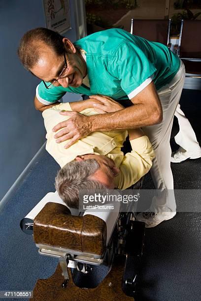 Quiroprático fazer ajuste no doente idoso