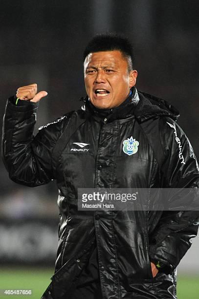 Cho Kwi Jaecoach of Shonan Bellmare looks on during the J League match between Shonan Bellmare and Urawa Red Diamonds at Shonan BMW Stadium Hiratsuka...