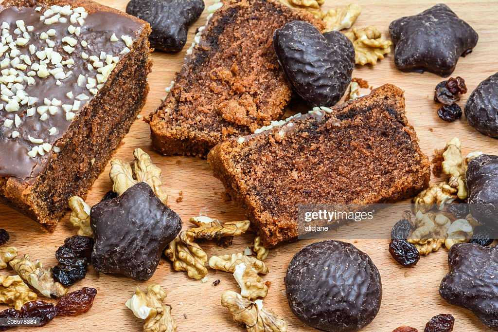 Chocolate cake and gingerbread on wooden table. : Stockfoto