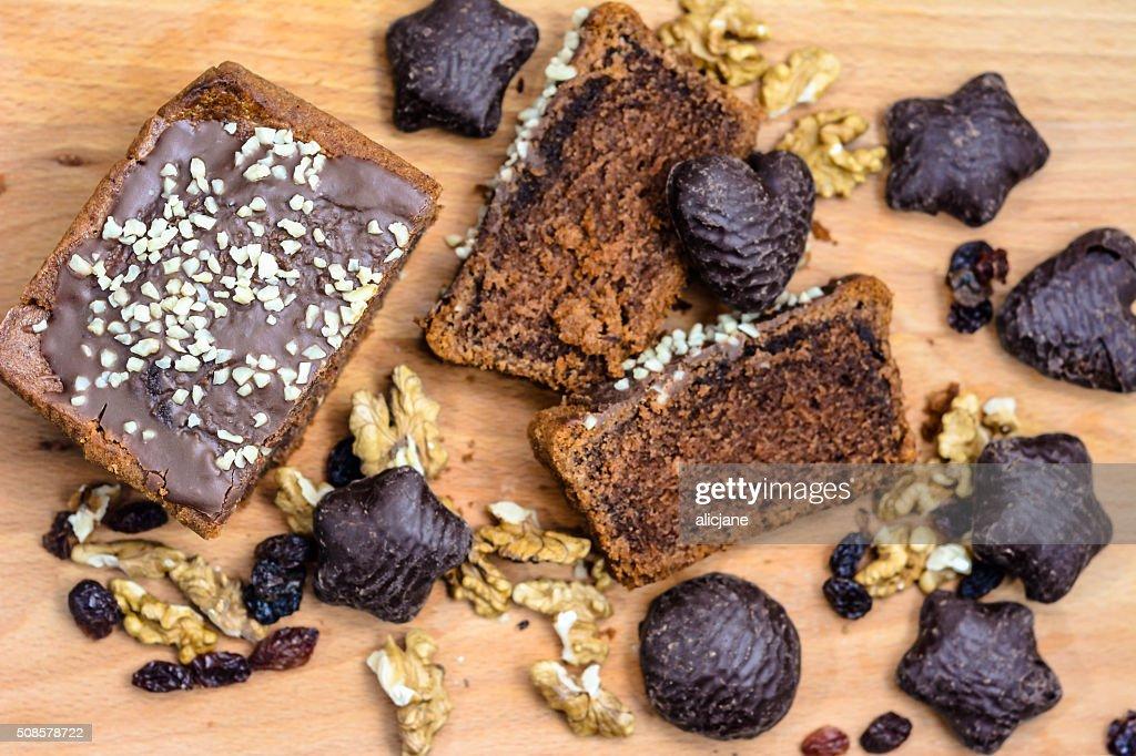 Schokoladenkuchen und Lebkuchen auf Holztisch. : Stock-Foto